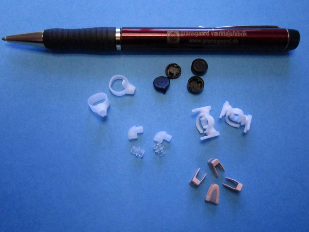Eksempler på mirco emner vi hos Gransgaard Værktøjsfabrik har fremstillet formene til.